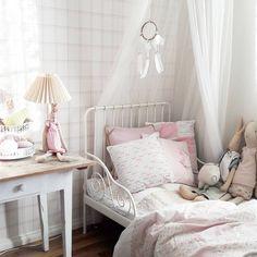 Hempeää maalaisromanttista tyyliä ja ripaus pinkkiä pienen prinsessan huoneessa.
