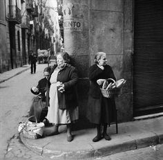 A group of women with baskets of bread on a street corner in Barcelona, Spain, April Original publication: Picture Post - 5243 - Barcelona a City in Ferment - pub. April 1951 Get premium, high resolution news photos at Getty Images Barcelona Street, Barcelona Spain, Old Pictures, Old Photos, Fine Art Photography, Street Photography, Foto Madrid, Second Empire, Black And White Photography