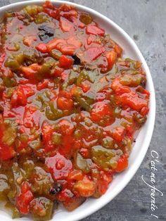 La slata méchouïa  2 poivrons rouges 2 poivrons verts 4 tomates 1 petite gousse d'ail Sel  huile de tournesol ou d'olive