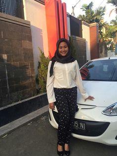 Hiraukan mobil dan puffy face nya. #white #hijab #style