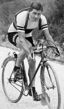 Alfredo Binda (11 de agosto de 1902 –† 1 de enero de 1986), ciclista italiano, apodado La Gioconda por su elegancia y sonrisa permanente. Está considerado como el primer gran corredor de la historia del ciclismo. Aunque nació en Cittiglio (cerca de Varese), Binda creció en Niza, en el sur de Francia. Su principal cualidad ciclista era su faceta como escalador.