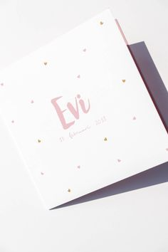 Dubbel vierkant geboortekaartje met een witte buitenkant en roze binnenzijde. Leuk met de kleine roze en gouden hartjes. Ontwerp door Leesign - www.leesign.nl #geboortekaartje #meisje #hartjes #roze #goud #geboortekaart #zwanger #dubbel