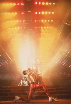 ✊at a concert where the audience got drunk on the tequila next door and throwing any thing on hand at anyone, forcing Queen to call it a night without performing, Freddie said this while leaving the stage) ➖➖Adios amigos, you motherfuckers! Freddie Mercury Quotes, Queen Freddie Mercury, King Of Queens, Real Queens, Queen Aesthetic, Queen Photos, Queen Band, Killer Queen, Poses For Photos