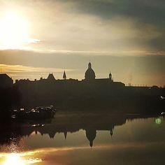 L'hôpital Saint-Julien de #chateaugontier se reflétant dans la #rivière la #Mayenne de bon matin #sudmayenne #slowlydays #instamoment #instapic #igersfrance #igerspaysdelaloire #jaimelafrance (à Chateau Gontier Centre)