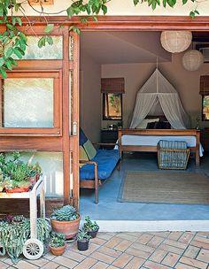 Projetada pelo arquiteto Sergio Rodrigues no Rio de Janeiro, esta casinha, com cara de chal�, pertence � apresentadora Chris Nicklas. No quarto do casal, a porta-janela se abre para o jardim. Sobre a cama de madeira maci�a h� um mosquiteiro de algod�o