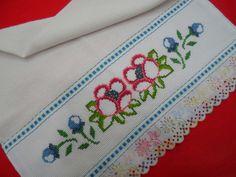 Pano de Prato bordado em ponto cruz - motivo decorativo flores. R$ 21,60