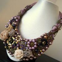 Extravaganza - Colier statement handmade, confecționat cu trandafiri de mătase, cristale, perle și elemente metalice auriu antic sau cu aspect bronz. Comenzi pe www.boemo.ro