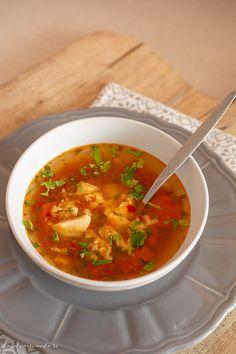 Supă de vită cu roșii și turnăței pufoși făcuți din ou și făină. O supă sănătoasă, ușor de făcut, acrișoară și foarte gustoasă. Rind, Soup Recipes, Food And Drink, Meals, Cooking, Ethnic Recipes, Garden, Breads, Food