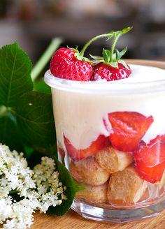 Jordbær tiramisu med jordbær og hyldeblomst