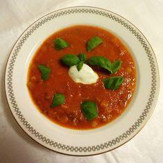 Edel's Mat & Vin : Tomatsuppe med kjøttdeig og makaroni ✿ Caprese Salad, Thai Red Curry, Ethnic Recipes, Board, Planks, Insalata Caprese
