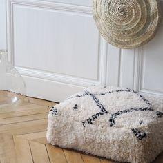Pouf béni ouarain en laine, réalisé à partir du tapis traditionnel Béni ouarain Marocain. Ils sont réalisés et cousus à la main au Maroc. Le pouf est vendu sans le garnissage. Matière : laine et coton, il se ferme par un zip. Dimensions : largeur 65 cm x longueur 65 cm (environ) hauteur : 22 cm. Chaque pièce est unique, des imperfections liées à leur fabrication artisanale peuvent apparaître.