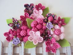 Enfeite com flores de fuxico variadas da Elisabete Bruchmann