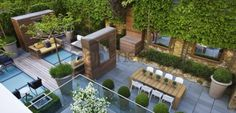 Terrasse. Jardin contemporain sur toit d'immeuble. Arbre palissé, arbre taillé. Garde-corps. Designer-styliste : Stephen Woodhams. Londres, Angleterre
