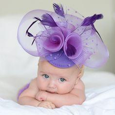 Tocado morado para bebe. Divertido tocado con velo y plumas para hacerle la foto mas original a tu bebe. 16,50 €