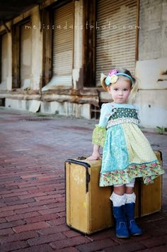 Umm, this is cute. For reals, what a great picture. Kids Fashion Photography, Photography Women, Children Photography, Amazing Photography, Travel Photography, Modeling Photography, Vintage Fashion 1950s, Retro Fashion, Vintage Suitcases
