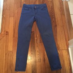H&M blue skinny jean H&M blue skinny jean! Size 6 but fits more like a size 4. Material is stretchy and fits like a glove. Was only worn once! Zipper on the leg. Inseam measures 27 inches and it made to hit at the ankle. H&M Jeans Skinny