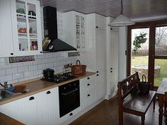 Evetuální jednolitý vzhled kuchyňské linky majitelé šikovně rozbily černým segmentem tvořeným vestavnou troubou, varnou plochou a digestoří v černé barvě.