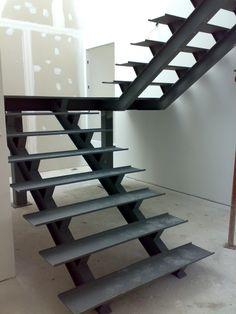 Escadas em estrutura metálica | Termologia Stair Railing Design, Home Stairs Design, Staircase Railings, Interior Stairs, House Design, Steel Stairs, Loft Stairs, House Stairs, Wrought Iron Stairs
