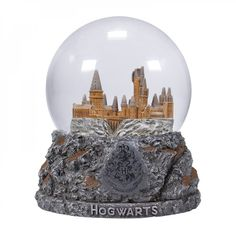 Toto krásné sněžíko v podobě Bradavic bude ozdobou domácnosti i pracovny každého správného fanouška Harry Pottera. Harry Potter Snow Globe, Harry Potter Hogwarts, Harry Potter Display, How To Make Snow, Glass Globe, Christmas Presents, Harley Quinn, Snow Globes, Chibi