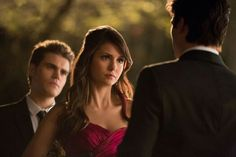 Amavo la storia di Stefan e Elena e amavo anche il modo in cui Elena trattava Damon, tra loro c'era una certa rivalità, un atto di sfida, amavo quando Damon faceva battutine su Stefan, Elena lo difendeva sempre, so che molti di voi mi uccideranno ma... Rivoglio Stefan e Elena insieme!! Mi mancano troppo...❤