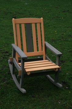 Olijfgroen met Frans Arles geel. De stoel was in slechte staat en lelijk wit geschilderd. Nu afgewerkt met Annie Sloan krijtverf van Puur Brocante.