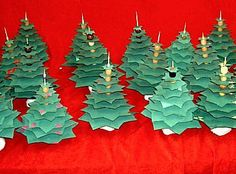 Kerstboom met kralen, voetje van klei en een sateprikker. Startend met een ster van 16cm. Per ster daarna 2cm kleiner.