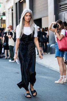 Street style at Fashion Week spring-summer 2017 New York: Sarah Harris slip… Look Fashion, Fashion Outfits, Womens Fashion, Ladies Fashion, New York Fashion Week 2017, Sarah Harris, Street Style Outfits, Fashion Gone Rouge, Style Casual