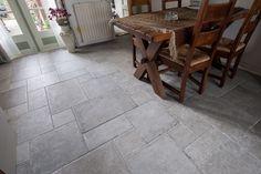 In Asperen (bij Leerdam) hebben wij vloertegels geplaats in een romaans verband. De tegels hebben verschillende formaten, wat zorgt voor een speels effect.