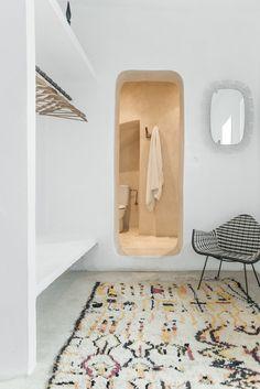 Bedroom into en-suite bathroom