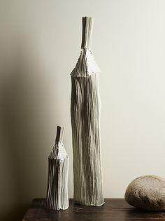 Una pared en blanco roto es el fondo perfecto para cualquier artesanía. Color Jotun 8395 New Nordic, Paz Interior, Alvar Aalto, Nordic Design, Vase, Ceramics, Interiors, Colour, Spaces