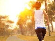 Courir sur une longue distance impose d'énormes contraintes cardiovasculaires et musculo-squelettiques. Pour que votre corps s'adapte, votre préparation doit être progressive, régulière et longue. Les spécialistes suggèrent de viser une course de 5 km à votre première saison de course et d'attendre au moins deux ans, en courant sur de courtes distances (5 à 10 km, par exemple), avant de vous attaquer à un marathon de 42,2 km. Avec de la motivation, il est possible de franchir cette distance…