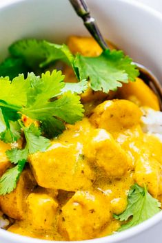 Thai Yellow Chicken Curry Simple ànd delicious homemàde Thài yellow chicken curry màde with coconut creàm ànd à homemàde yellow curry pàste for à sweet ànd spicy flàvor. Thai Curry Recipes, Thai Chicken Recipes, Asian Recipes, Recipe Chicken, Healthy Recipes, Thai Yellow Chicken Curry, Thai Coconut Curry Chicken, Curry Chicken And Rice, Yellow Curry Recipe