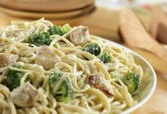 """CHICKEN & BROCCOLI ALFREDO FOR A CROWD: ~ From: """"Campbell's Kitchens"""" ~ Cooking Time: 20 min; ~ This scrumptious pasta dish features easy clean-up.the pasta, broccoli, chicken and cheesy sauce all cook in the same saucepot! Pasta Alfredo Con Pollo, Salsa Alfredo Receta, Chicken Broccoli Alfredo, Alfredo Sauce, Chicken Pasta, Fettuccine Alfredo, Creamy Chicken, Beef Pasta, Broccoli Pasta"""