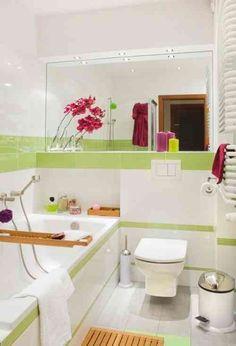 une petite salle de bains claire en blanc aux accents vert pâle