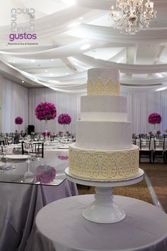 Pastel de boda en tonos grises, y envoltura artesanal de chocolate blanco White chocolate lace wrap wedding cake
