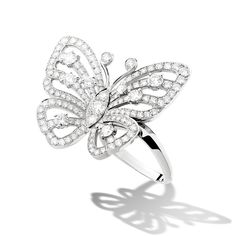 The Flying Butterfly collection, with its distinctive openwork design, pays tribute to the charm and grace of this delicate creature.  This exquisite butterfly in white gold set with diamonds appears to have settled in the hollow of the finger. Van Cleef & Arpels has reinvented a highly unusual way of wearing a ring: weightlessly…
