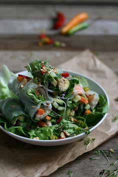 Recept voor summer rolls / spring rolls. Deze rijstvel loempia's zijn gevuld met garnalen, makreel en avocado. Lekker met een sausje van soja en pepers.