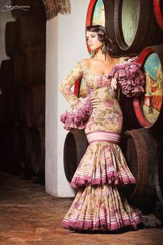 Fotografía flamenca en la bodega subterranea de Cruz Conde Fotógrafo: Albeva fotografía Estilismo: Alicia Rojas Diseñadora: Margarita Freire #bodega #modaflamenca #cruzconde #andalucia
