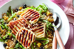 Couscous Salad with Grilled Halloumi & Blueberries Veggie Recipes, Salad Recipes, Vegetarian Recipes, Cooking Recipes, Healthy Recipes, Veggie Meals, Healthy Food, Halloumi Salad, Grilled Halloumi