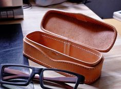 PDF Pattern Glasses case - extreme simple spectacle-case pattern, very beautiful, enjoy DIY Print them out by paper or 10 - Leather Gifts, Leather Bags Handmade, Leather Craft, Leather Camera Bag, Leather Wallet, Leather Glasses Case, Leather Bag Pattern, Bag Women, New Glasses
