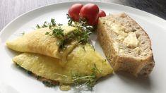 Omelett med røykelaks, ost og urter Eggs, Bread, Food, Omelet, Brot, Essen, Egg, Baking, Meals