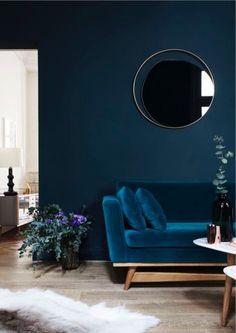 Blauwe velours bank voor blauwe muur - bekijk en koop de producten van dit beeld op shopinstijl.nl