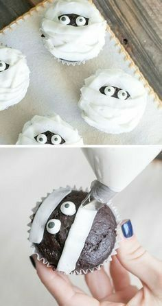 halloween desserts Whip up a batch of frightfully good Halloween party cupcakes! These spooky cupcake recipes make Halloween so much sweeter. Here are a few of our favorite ideas. Halloween Desserts, Comida De Halloween Ideas, Halloween Torte, Pasteles Halloween, Bolo Halloween, Recetas Halloween, Halloween Treats For Kids, Halloween Cocktails, Halloween Goodies