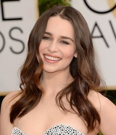 Emilia Clarke nailed the off-duty-model look at the Golden Globes with breezy beach waves and fresh-faced makeup.