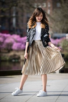 Lovely Metallic Skirt Outfit Ideas For Fall Look Glamour 12 Metallic Skirt Outfit, Gold Pleated Skirt, Midi Skirt Outfit, Skirt Outfits, Pleated Skirts, Pleated Skirt Outfit Casual, Metallic Outfits, Casual Skirts, Women's Fashion Dresses