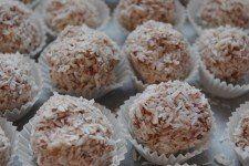 Nepečené kokosové kuličky z jáhel a sušeného ovoce
