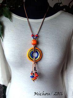 Mein Schmuck und Perlen sind einzigartig und mit Liebe und Sorgfalt erstellt. Viele Arbeitsschritte sind erforderlich, es braucht Zeit für die Entwicklung der Ideen für die Zubereitung von einem Design der Beads in einem einzigartigen Schmuckstück. Diese schöne, einzigartige Hand geknotete Kette mit meinem eigenen erstellten Lampwork-Beads. ÜBER: Die Lampwork Rad selbst Maßnahmen: 21,65 Zoll Durchmesser (55 mm). Materiell Halskette: echtes Leder in Natur und braun. Die Länge ist 1 Met...