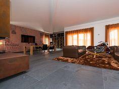 Le sol gris fait ressortir le côté moderne de la pièce avec un effet vintage  – stonenaturelle