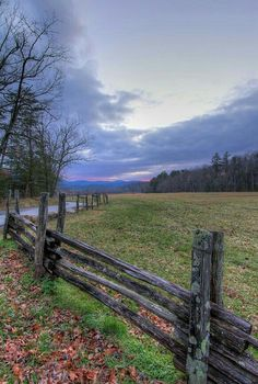 Cades Cove in the Great Smoky Mountains Tennessee, USA Smoky Mountains Tennessee, Great Smoky Mountains, Beautiful World, Beautiful Places, Amazing Places, Ville New York, Smoky Mountain National Park, Smokey Mountain, Smoky Mtns