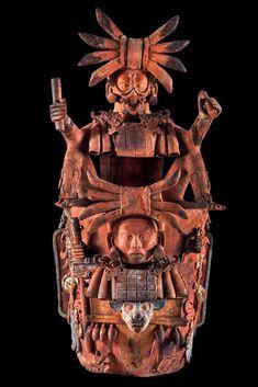 Incensario del Clásico Tardío (600-900) con la cabeza de un animal subterráneo, tal vez un murciélago, en la parte inferior. Por encima surge un joven gobernante de las fauces de una serpiente. Lleva un cetro ceremonial en cada mano. En la parte superior hay una figura sedente, con sandalias y anillo en la nariz, que representa el dios jaguar del inframundo. La pieza podría representar la transformación del gobernante en un dios, el señor del inframundo.
